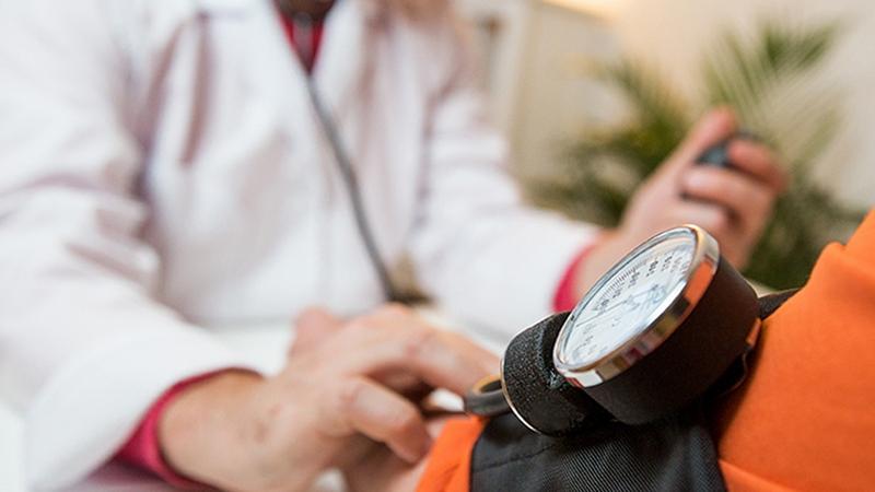 Почему при артериальной гипертензии принимают сразу несколько препаратов